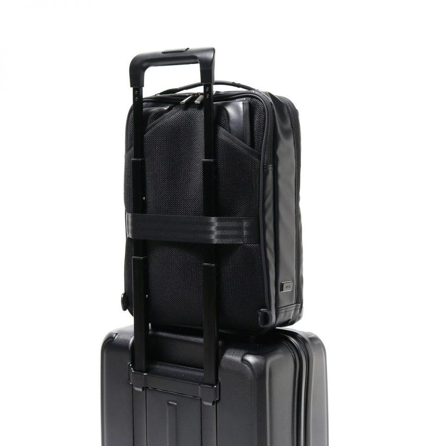 スーツケースに固定したビジネスリュック