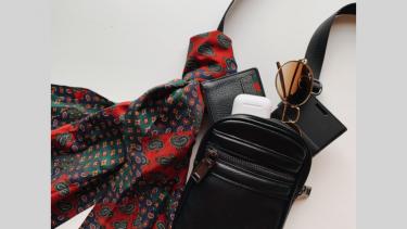 ファッションエディターの推薦。いま大人男子が欲しいレザーミニショルダーバッグ。